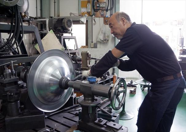 ―スペシャリスト―〈ヘラ絞り〉山村製作所〈ヘラ型〉田中鉄工<br>ものづくり支える匠の技